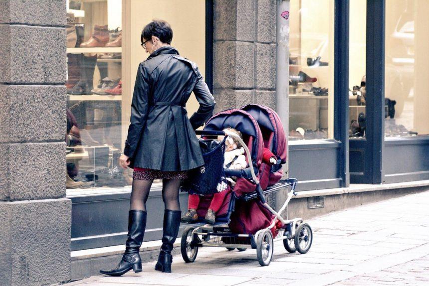 Не пускают в магазин с коляской – что делать? Правомерно ли требование?