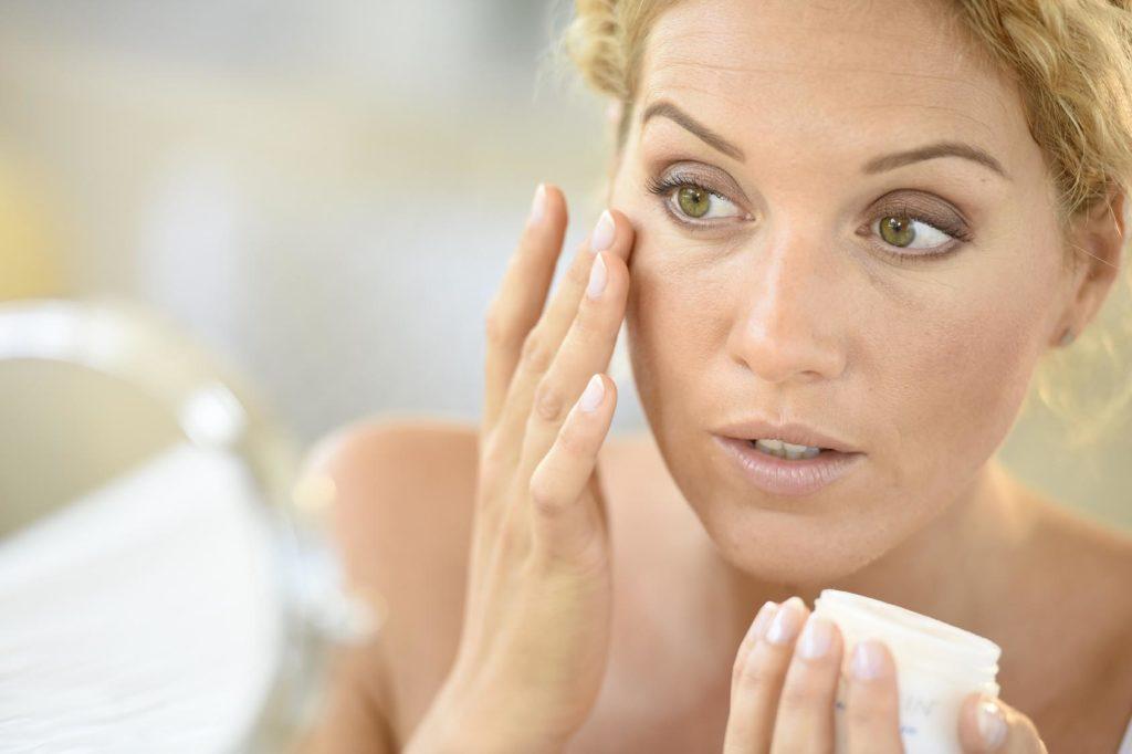 Лучший крем для кожи вокруг глаз от морщин, синяков и отеков с антивозрастным лифтинг эффектом